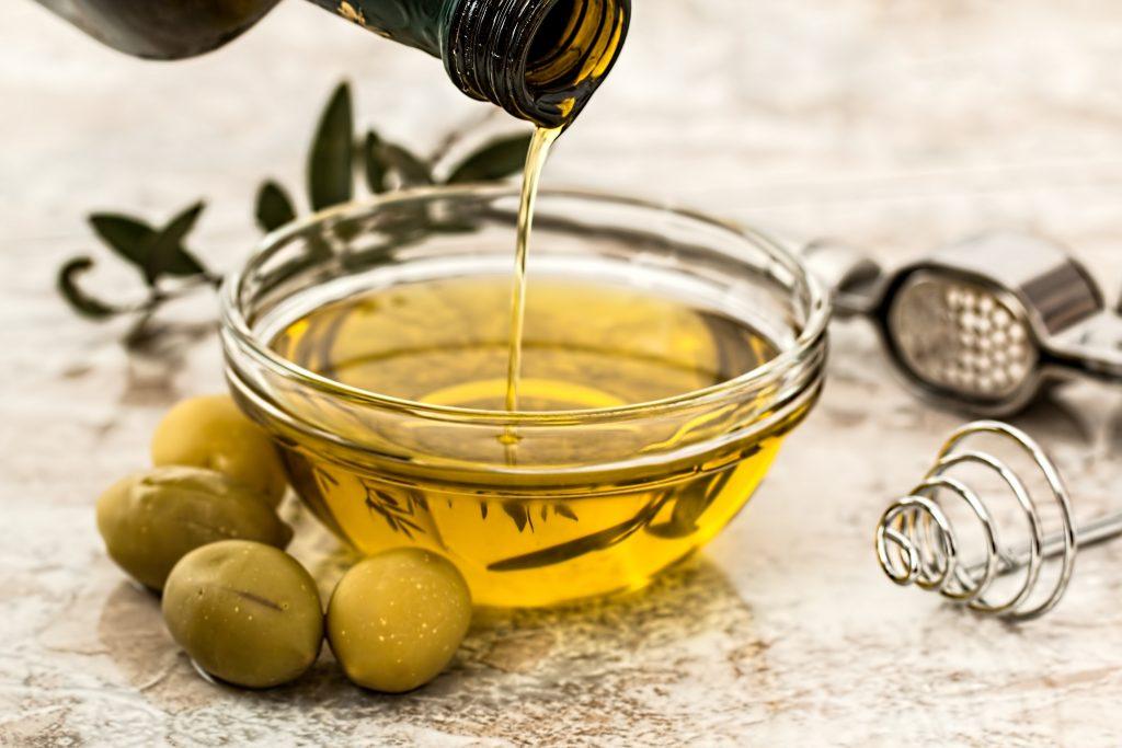 Oliven-Öl in einer Schüssel